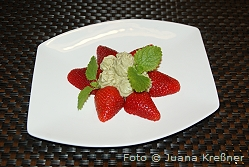 dessert_avocadocreme_mit_erdbeeren