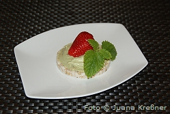 reiswaffel_avocadocreme_mit_erdbeeren